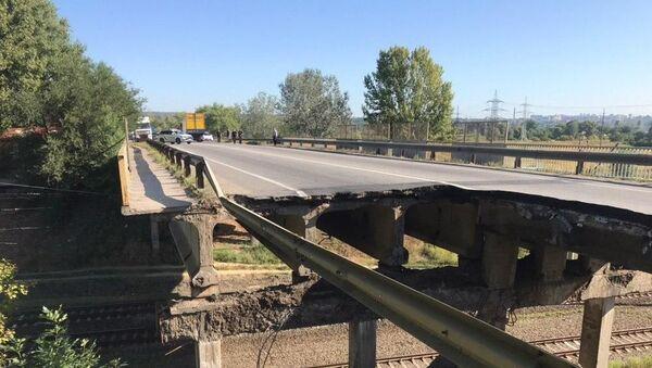 Автомобильный мост обвалился на железную дорогу в Харькове - Sputnik Беларусь