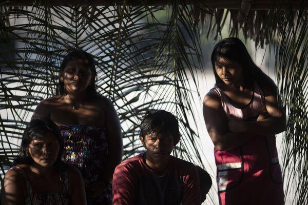 Члены группы коренного населения каяпо обсуждают проблемы общины в деревне Бау в бразильской Амазонии - Sputnik Беларусь