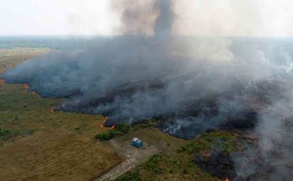 Дым, поднимающийся над обезлесенным участком джунглей Амазонки в бразильском Порту-Велью - Sputnik Беларусь