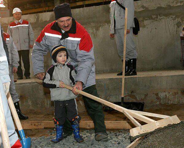 Первое появление Николая в СМИ состоялось в апреле 2008-го. На тот момент мальчику было 3 года и 7 месяцев. Вместе с отцом он работал на субботнике на стройплощадке Минск-Арены.  - Sputnik Беларусь