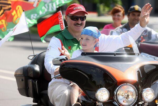 """С того года президент всюду стал брать сына с собой. Александр Лукашенко не побоялся усадить маленького сына на мотоцикл. Они возглавили колонну на байк-фестивале """"Минск-2009"""". - Sputnik Беларусь"""