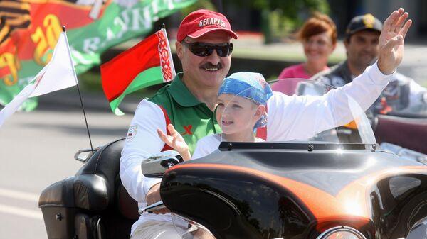 Аляксандр Лукашэнка з сынам Мікалаем на байку - Sputnik Беларусь