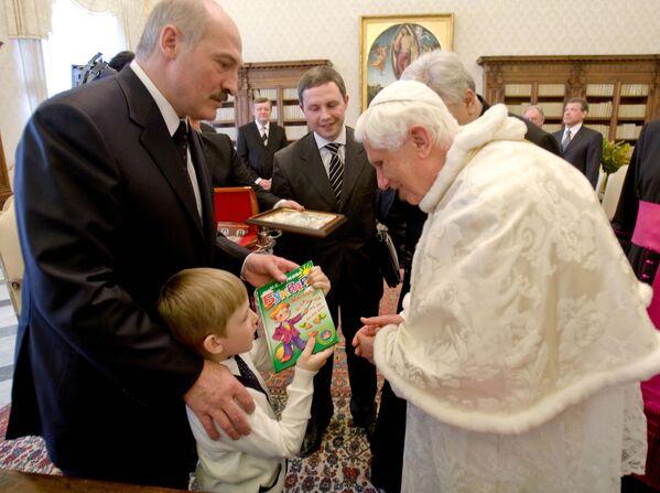 Первая зарубежная поездка Николая с отцом состоялась в 2009 году в Ватикан. Мальчик преподнес Папе Римскому Бенедикту XVI в подарок букварь. Это была и первая поездка для Александра Лукашенко в Западную Европу после санкций 1999 года. - Sputnik Беларусь