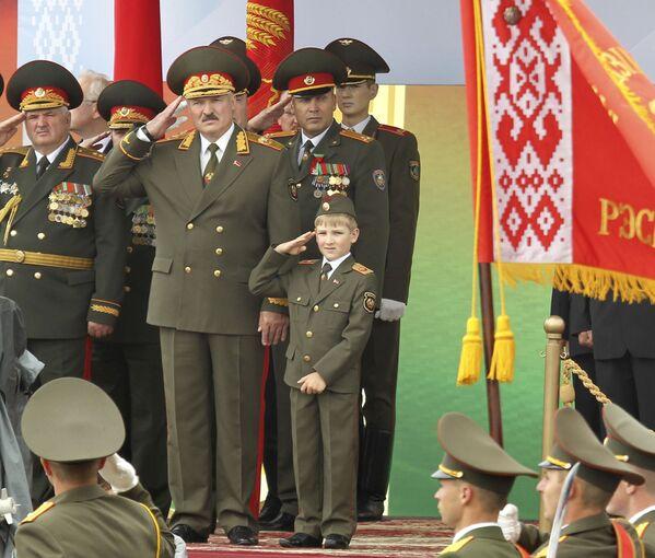 Несколько раз Николай и Александр Лукашенко вместе принимали парад. 3 июля 2011 года он отдавал честь и так же, как и его отец, был одет в военную форму. - Sputnik Беларусь