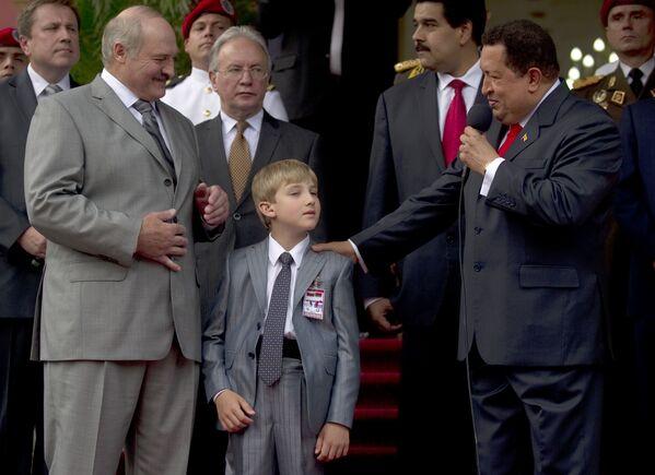 Президент Венесуэлы Уго Чавес приветствует сына своего белорусского коллеги Александра Лукашенко во время встречи в президентском дворце Мирафлорес в Каракасе 26 июня 2012 года. - Sputnik Беларусь