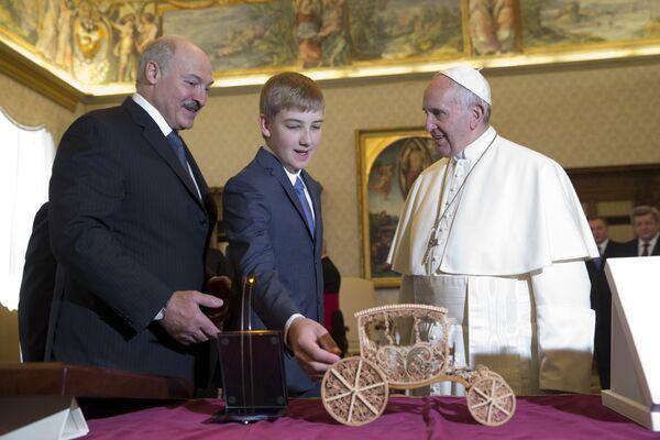 Во время следующего визита в Ватикан в 2016-м Николай подарил Папе Римскому Франциску копию креста Евфросинии Полоцкой, модель кареты и голографическую икону.  - Sputnik Беларусь