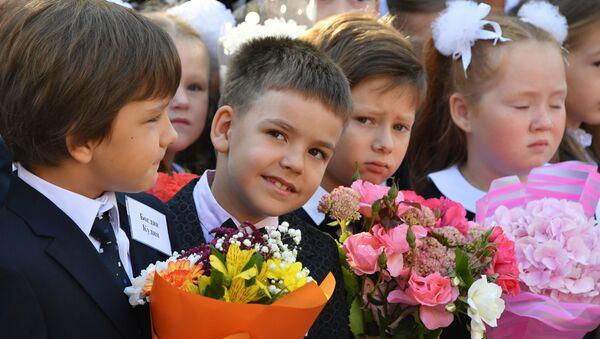 Дети на школьной линейке, архивное фото - Sputnik Беларусь