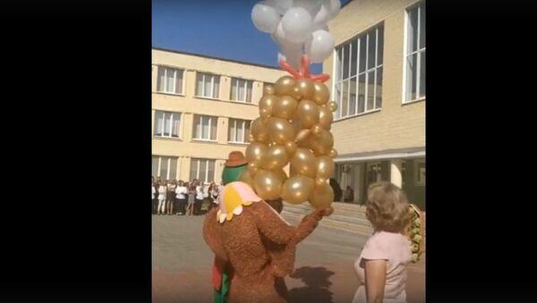 Свавольныя геліевыя шарыкі адмаўляліся ляцець са школы - відэа - Sputnik Беларусь