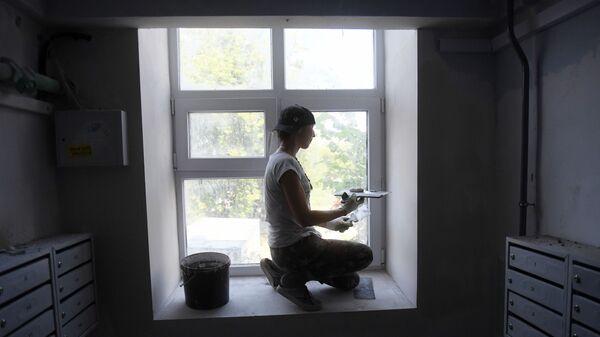 Маляр шпаклюет окно, архивное фото - Sputnik Беларусь