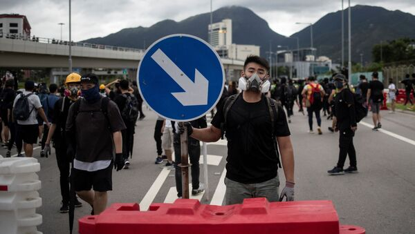 Протестующие в Гонконге перекрыли дорогу к аэропорту - Sputnik Беларусь