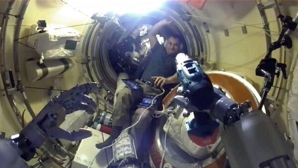 Робат Фёдар асвойваецца ў апошнія дні на МКС - відэа - Sputnik Беларусь