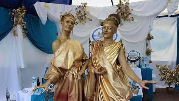 Живые скульптуры греческих богинь прогуливались по сырным рядам - Sputnik Беларусь