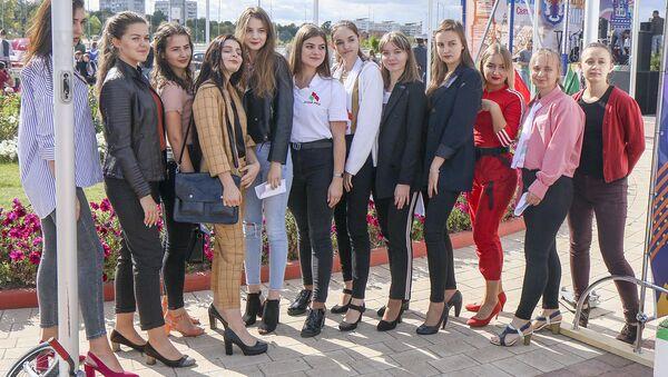 Девушки устроили забег на каблуках - Sputnik Беларусь