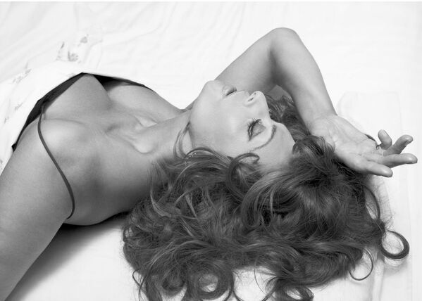 В 71 год Софи Лорен была названа самой красивой женщиной в мире. Свидетельством ее неувядаемого очарования стала публикация в том же 2006 году ее фото в новом календаре Pirelli 2007. - Sputnik Беларусь