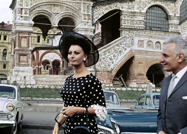 Софи Лорен на IV Московском международном кинофестивале в 1965 году. Тогда она получила приз за роль в фильме Брак по-итальянски. - Sputnik Беларусь