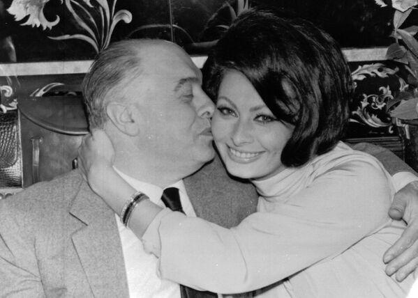 В Риме девушку заметил известный кинопродюсер Карло Понти, которому на тот момент было 37 лет. Понти был в то время женат, а для католика получить развод было делом весьма непростым. Отчаявшись, Карло и София тайно поженились в Мексике. Позже развод был получен, и 9 апреля 1966 года Карло вторично женился на Софии. - Sputnik Беларусь