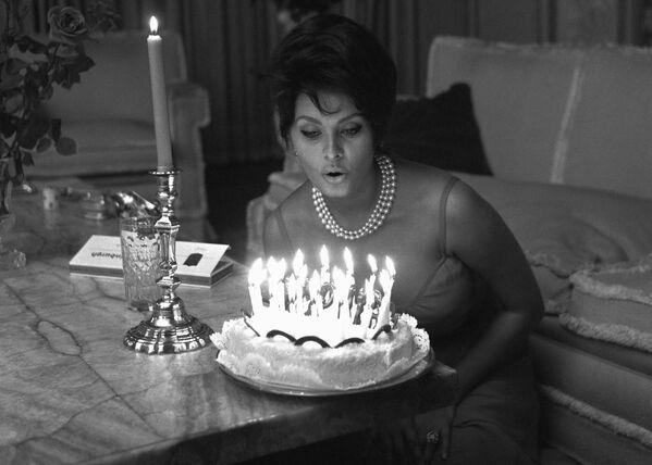 Итальянская актриса готовится задуть свечи на торте в день 27-летия в своем доме в Риме. - Sputnik Беларусь