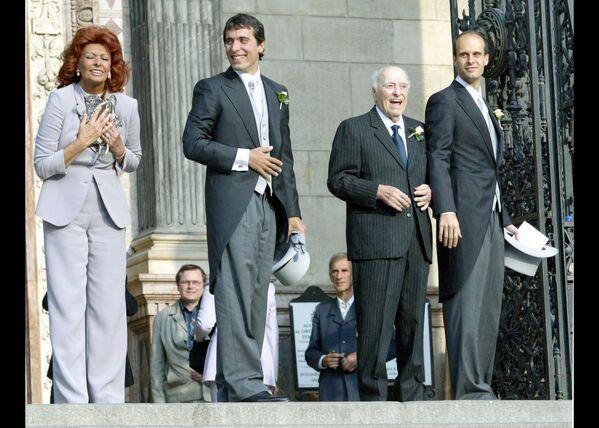 Вся семья на свадьбе Карло Понти-младшего с Андреа Месарос, 18 сентября 2004 года. В 2007 году первый и единственный супруг Софи скончался, не дожив несколько месяцев до их золотой свадьбы. - Sputnik Беларусь