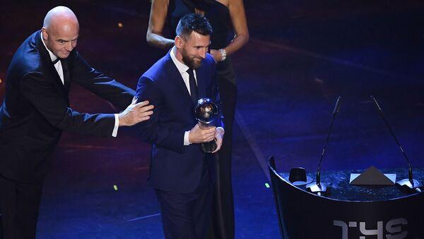 Футболист Лионель Месси с трофеем на церемонии вручения наград ФИФА  в Италии  - Sputnik Беларусь