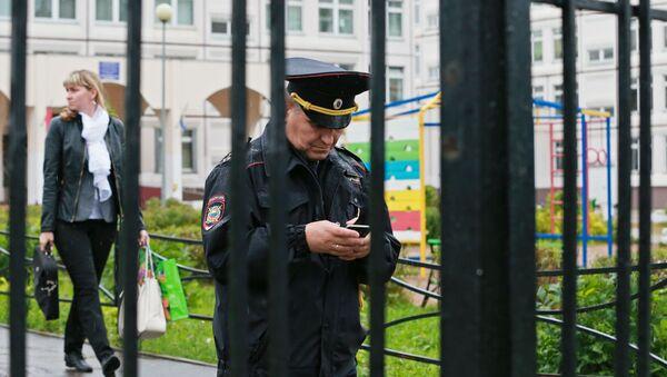 Сотрудник правоохранительных органов у здания школы - Sputnik Беларусь
