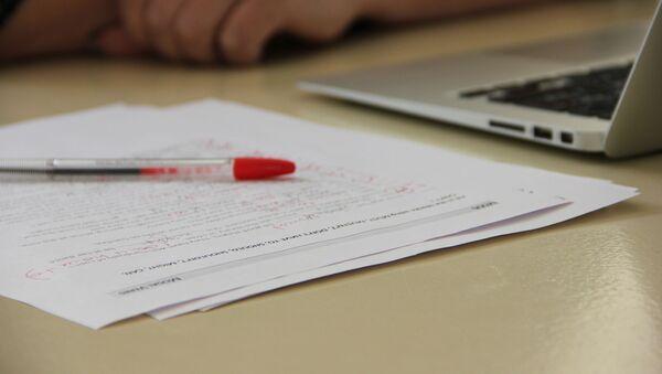 ЦТ и выпускной экзамен – два кардинально отличающихся испытания, готовиться к которым приходится по-разному, констатируют педагоги - Sputnik Беларусь