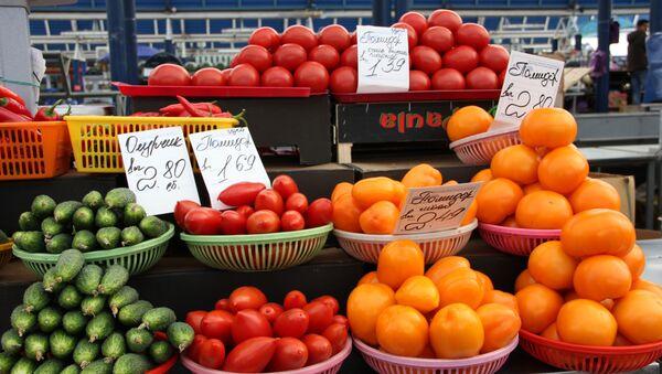 Помидоры все еще стартуют в цене от рубля, однако сегодня за сортовые малиновые придется отдать уже около 2,5-3 рублей - Sputnik Беларусь