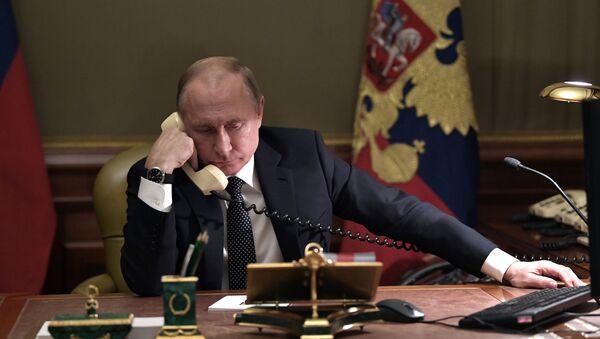 Прэзідэнт Расіі Уладзімір Пуцін размаўляе па тэлефоне - Sputnik Беларусь