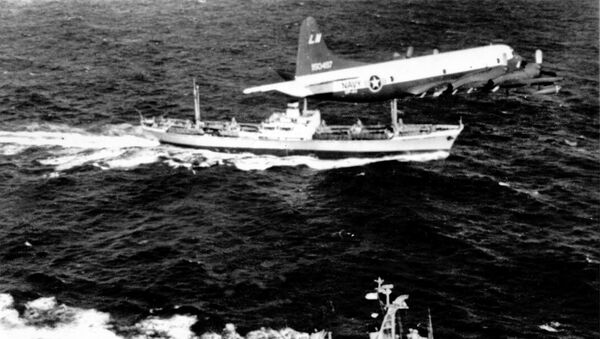 Американский патрульный самолет летит над советским грузовым судном, на котором, предположительно, находится груз с ракетами, Атлантический океан. - Sputnik Беларусь