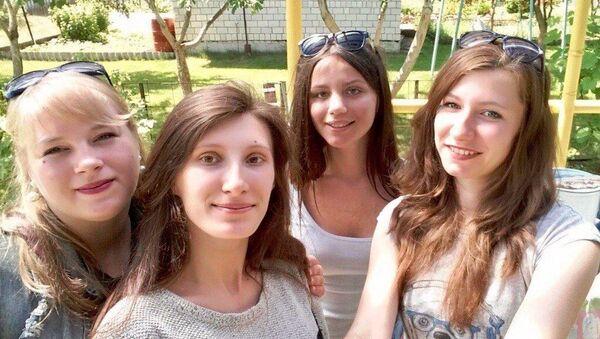 Анастасия с сестрой - на первом плане - Sputnik Беларусь