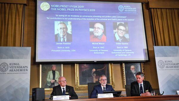 Нобелевская премия по физике за 2019 год присуждена Джеймсу Пиблзу, Майклу Мэйеру и Дидье Келозу за работы в области астрономии и астрофизики - Sputnik Беларусь