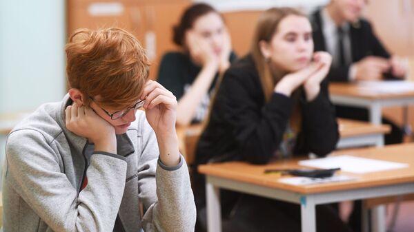 Школьнікі на экзамене, архіўнае фота - Sputnik Беларусь