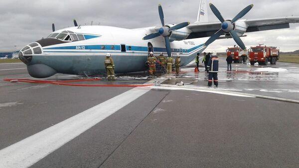 Место аварийной посадки АН-12 в Кольцово - Sputnik Беларусь