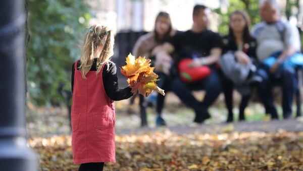 Девочка с кленовыми листьями - Sputnik Беларусь