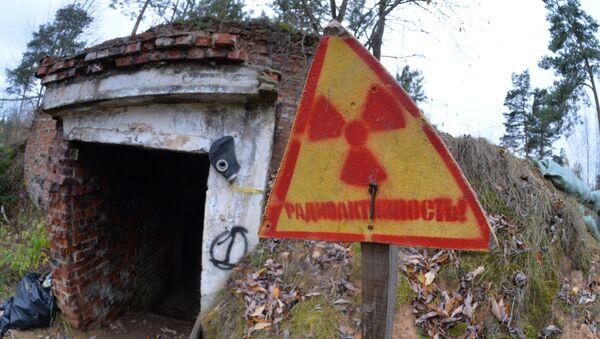 Уровень радиоактивности здесь давно никто не измерял, а таблички стоят для антуража - местные сталкеры устраивают квесты - Sputnik Беларусь