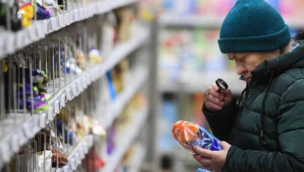 Покупатель в гипермаркете  - Sputnik Беларусь