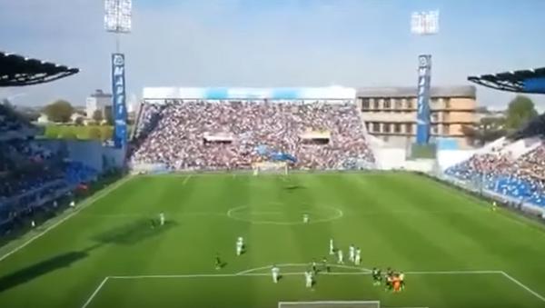 В Италии во время футбольного матча на поле приземлился парашютист - Sputnik Беларусь