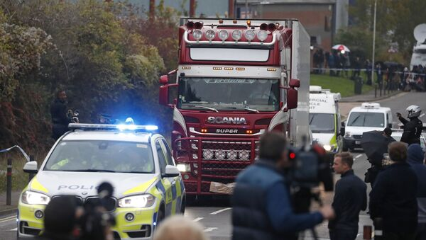 Вокруг грузовика с телами стоит полицейское оцепление и журналисты - Sputnik Беларусь