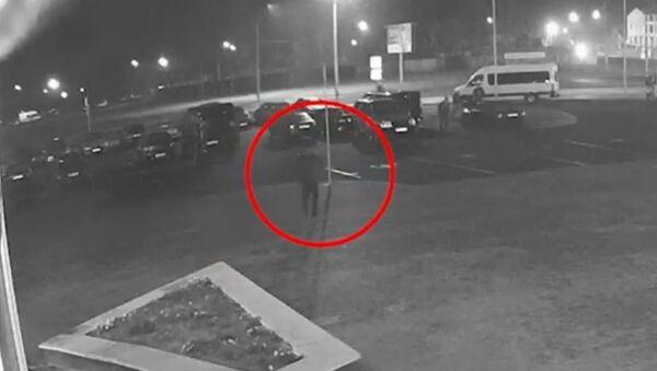 Житель Гомеля порезал колесо милицейской машины – видео - Sputnik Беларусь