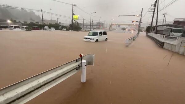 Автомобиль в воде во время проливных дождей в Японии - Sputnik Беларусь