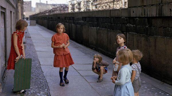 Дети у Берлинской стены на Генрих-Гейне-Штрассе в 1968 году - Sputnik Беларусь