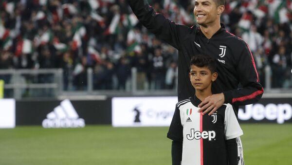 Португальский футболист Криштиану Роналду со своим сыном - Sputnik Беларусь