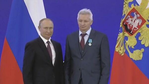 Пуцін у Крамлі ўручыў медаль беларускаму палітолагу - відэа - Sputnik Беларусь