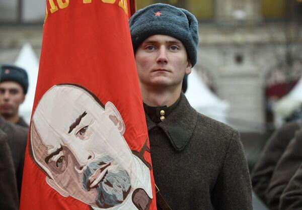 Участник марша, приуроченного к 78-й годовщине парада 7 ноября 1941 года на Красной площади - Sputnik Беларусь
