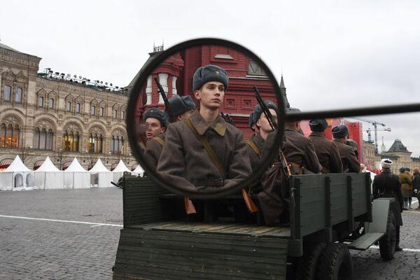 Участники марша, приуроченного к 78-й годовщине парада 1941 года на Красной площади - Sputnik Беларусь