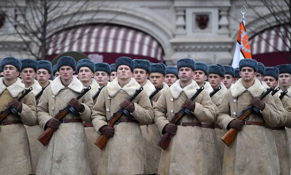 Участники марша, приуроченного к 78-й годовщине парада 7 ноября 1941 года на Красной площади - Sputnik Беларусь