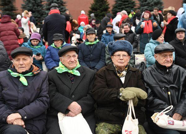 Зрители во время марша, приуроченного к 78-й годовщине парада 1941 года на Красной площади - Sputnik Беларусь