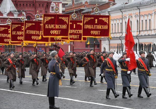 Знаменная группа во время марша, приуроченного к 78-й годовщине парада 7 ноября 1941 года на Красной площади - Sputnik Беларусь