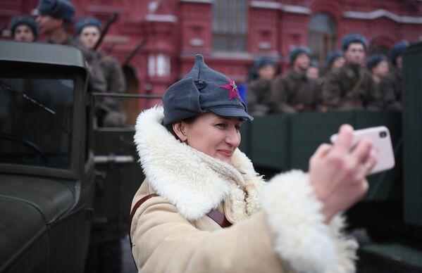 Участница марша, приуроченного к 78-й годовщине парада 7 ноября 1941 года на Красной площади - Sputnik Беларусь