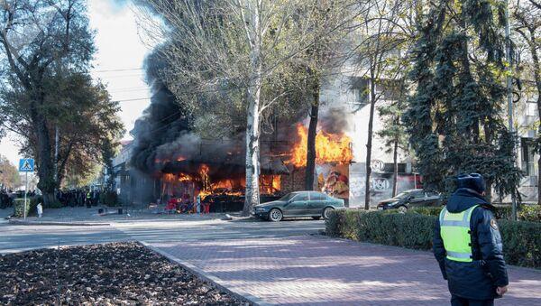 Три взрыва прогремели в пятницу в центре столицы Кыргызстана в точке быстрого питания Антошка на пересечении проспектов Чуй и Эркиндик - Sputnik Беларусь