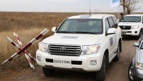 Автомобили специальной мониторинговой миссии ОБСЕ в селе Петровское в Донецкой области - Sputnik Беларусь